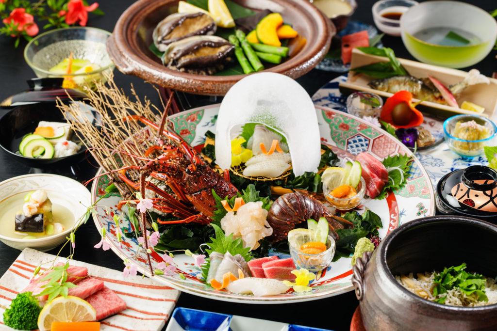 伊勢海老、生雲丹などのお造り、鮑、岡山のブランド牛・千屋牛をはじめ、夏の贅沢料理を楽しめる『贅zeiの御膳』